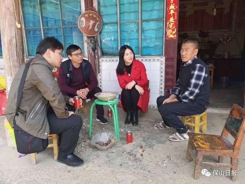育珠人:刘丽老师(右二)家访现场